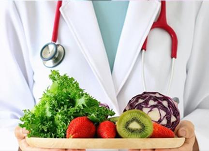 Arzt reicht frische Früchte und Gemüse