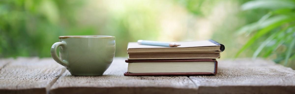 Eine Tasse und Schreibzeug